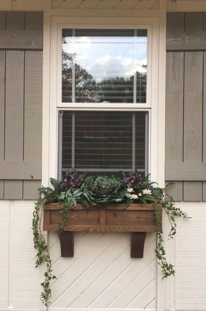 Floreira de janela feita em madeira com plantas pendentes de meia sombra