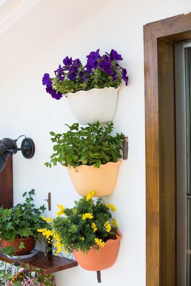 Vasos pequenos fixados na parede também são um tipo de floreira