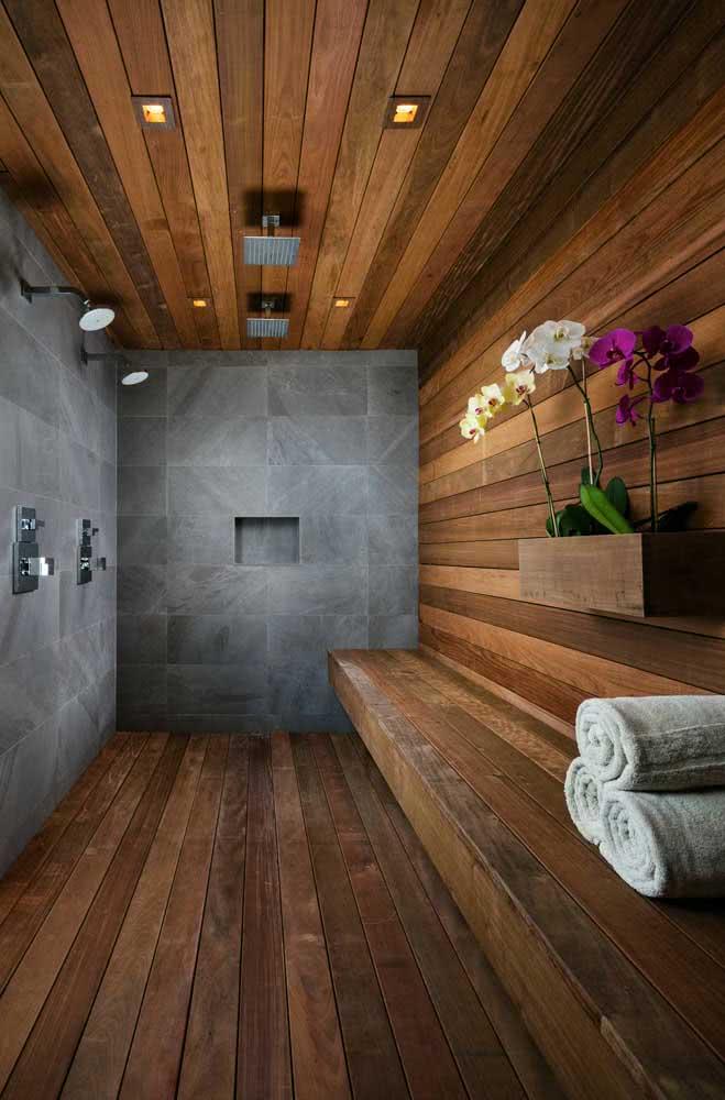 Já no banheiro, a floreira de madeira se destaca com as orquídeas