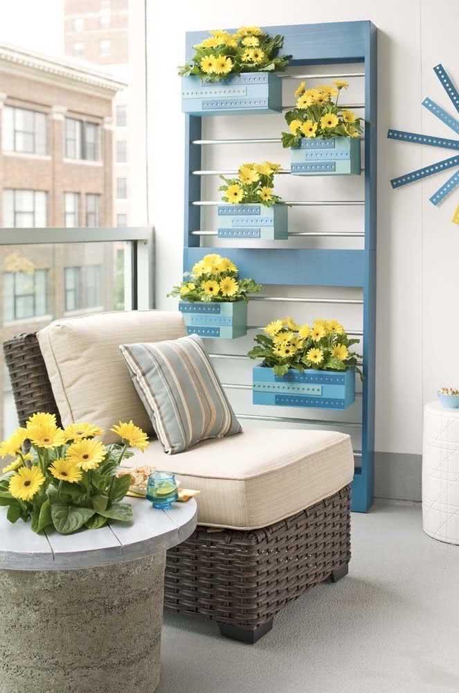 Floreira azul com flores amarelas. Impossível ficar indiferente a essa composição!
