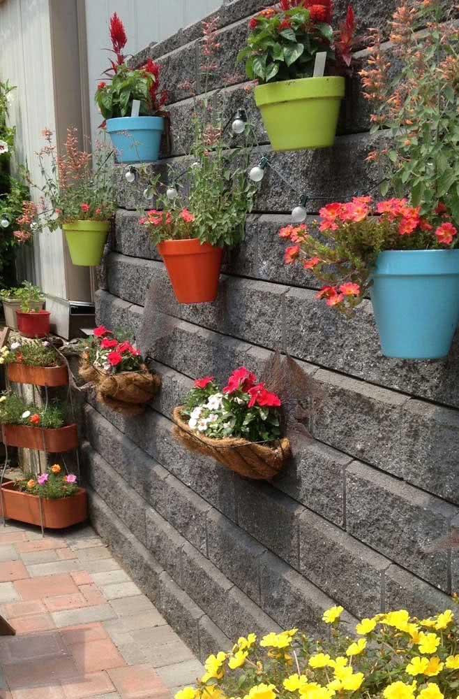 O que acha de dar um upgrade no seu muro e enchê-lo de floreiras?
