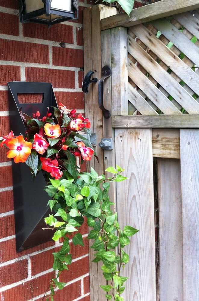 Floreira de parede pequena e delicada para recepcionar quem chega