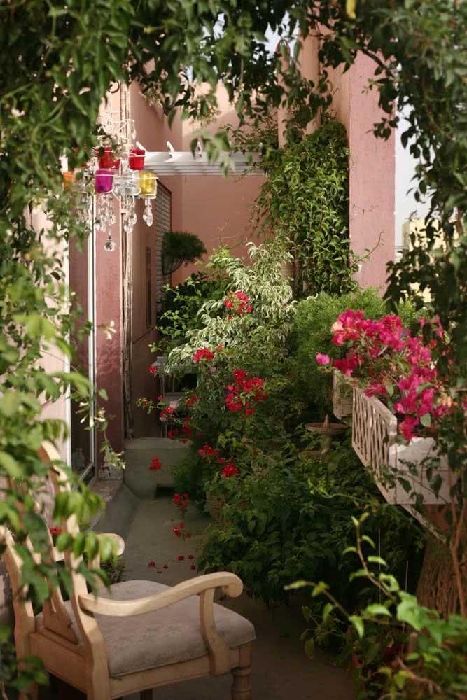 As floreiras trazem um charme todo especial para a varanda