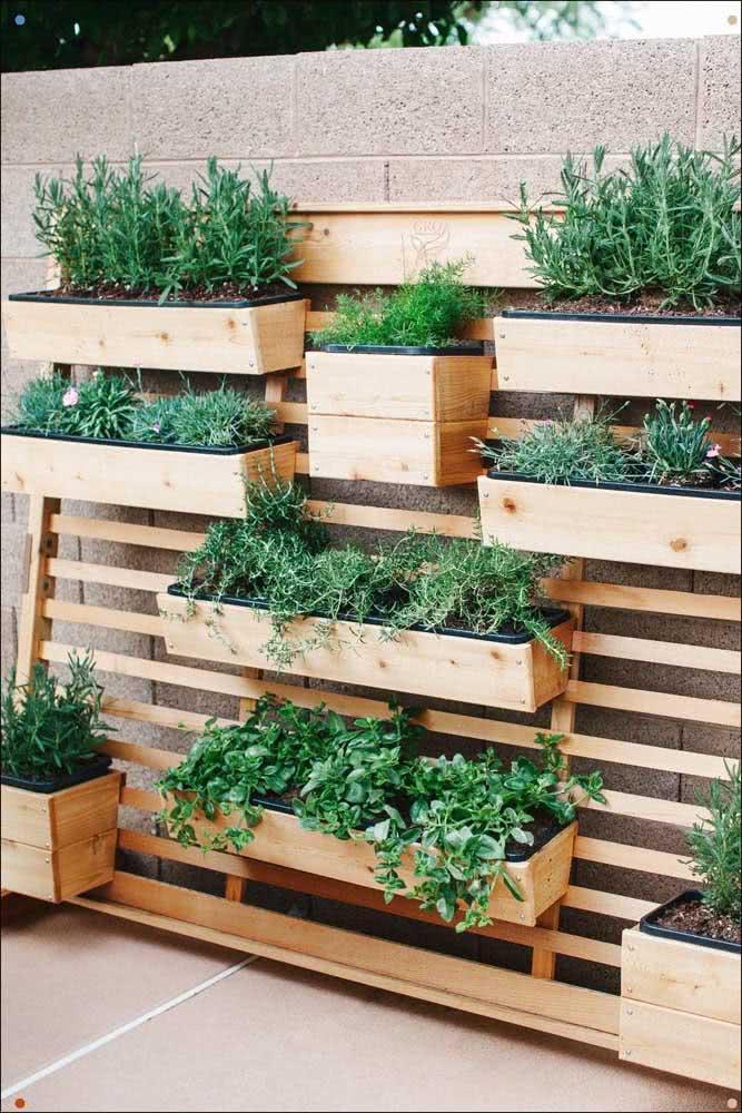 Floreira de madeira para ervas e temperos: uma boa opção para sua mini horta