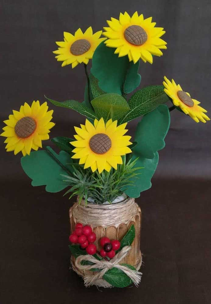 Um vasinho rústico para combinar com as flores de girassol de EVA