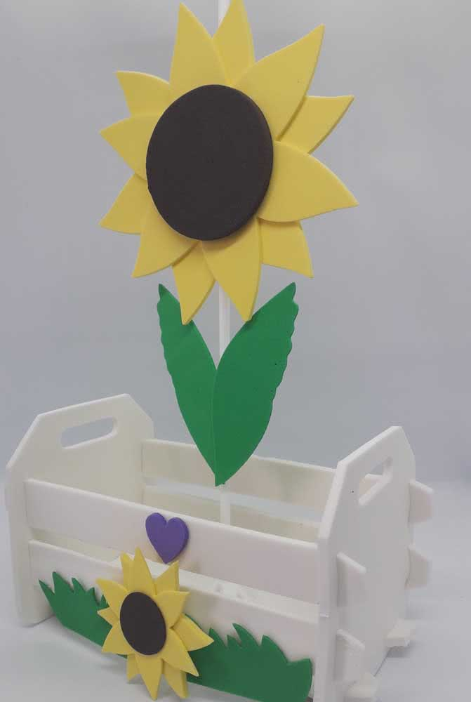Caixinha de MDF decorada com girassol de EVA. Uma boa dica para oferecer como presente