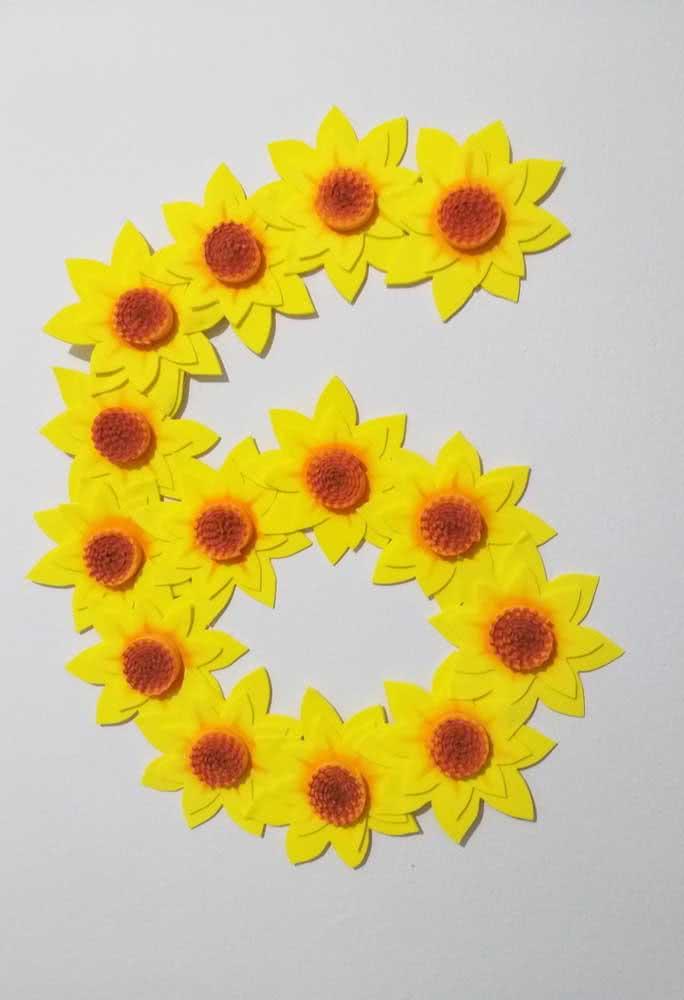 Olha que boa ideia: forme números ou letras com as flores de girassol de EVA
