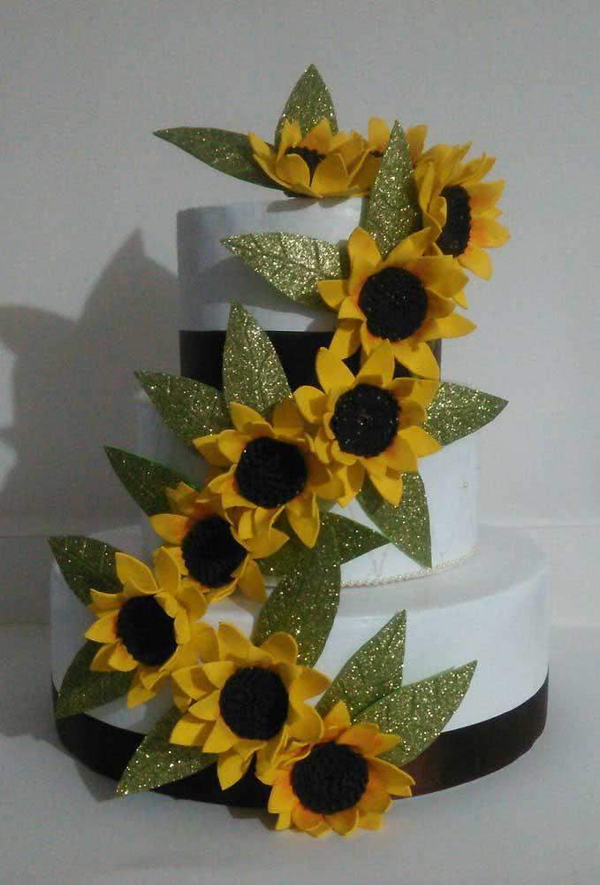 Bolo decorado com flores de girassol de EVA
