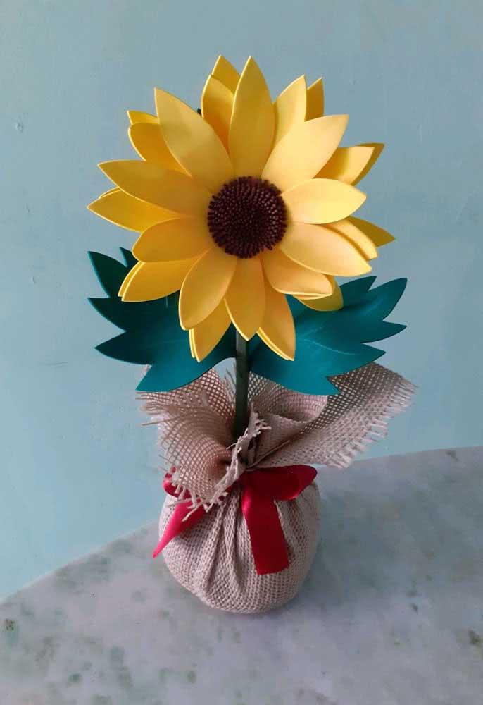 Que tal um peso de porta feito com girassol de EVA? O tecido de juta ficou perfeito com a flor