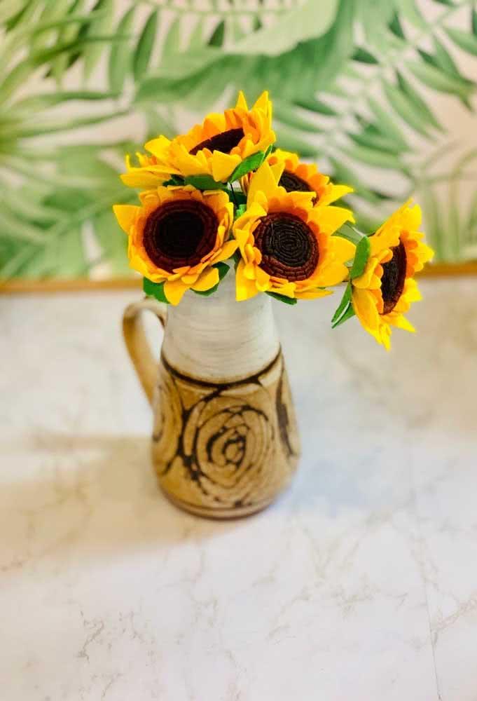 Uma composição rústica e alegre entre o vaso e as flores de girassol