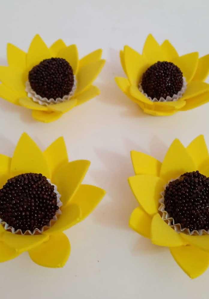 E o que acha dessa ideia de servir docinhos dentro das flores de girassol? Linda!