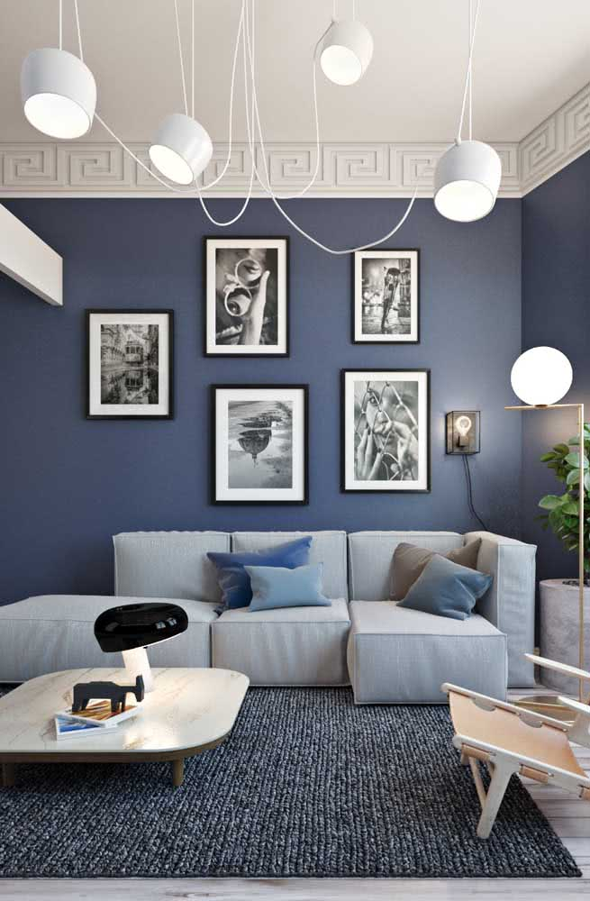 Aqui, a parede azul formou a base perfeita para destacar o sofá modular