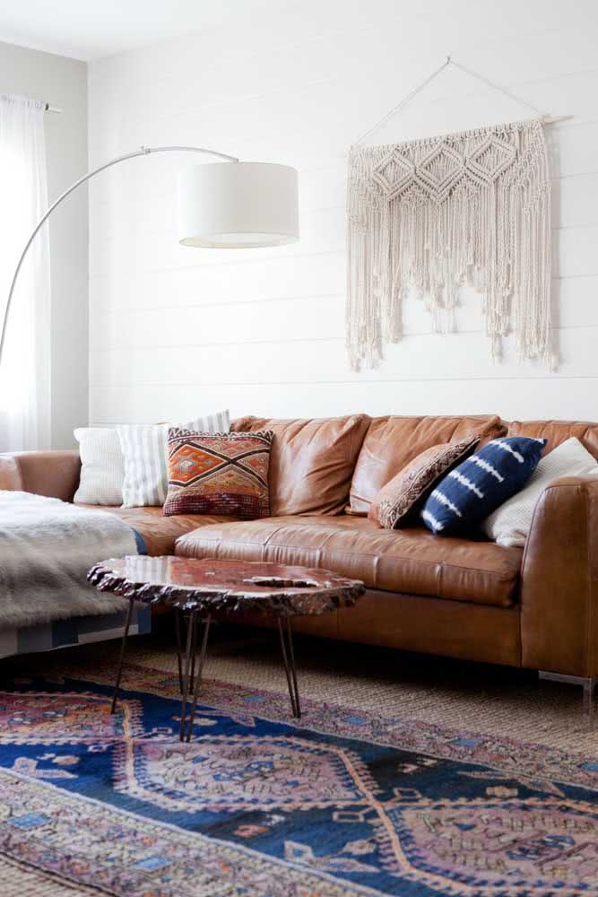Sofá de couro para sala pequena em estilo boho