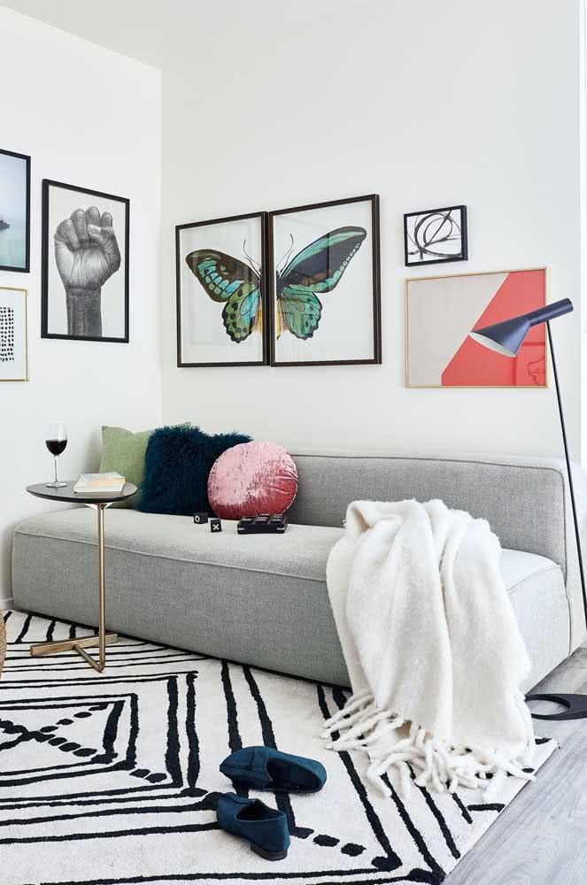 Linhas retas, sem braço e cor neutra: o sofá ideal para sala pequena