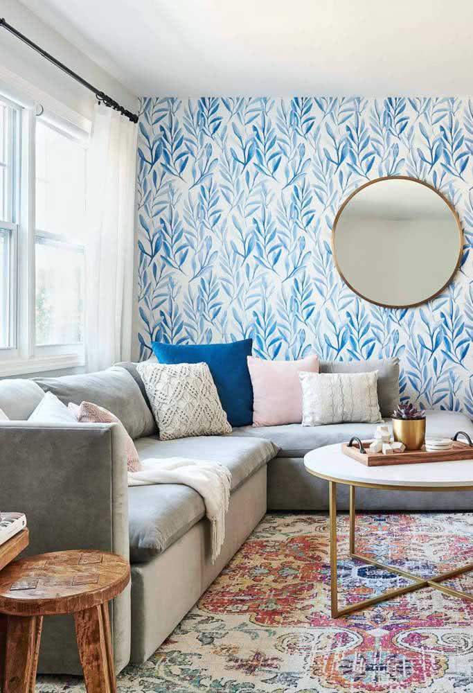 Essa sala pequena e iluminada trouxe um sofá de canto simples valorizado pelas almofadas