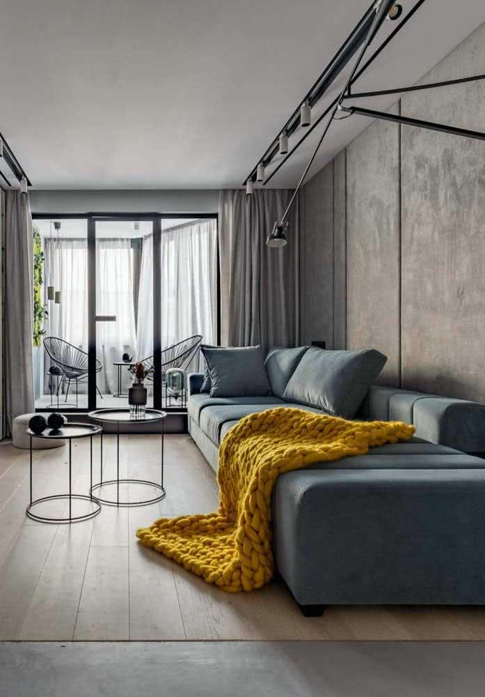 Aquela manta amarela para fazer a diferença na decoração da sala pequena com sofá