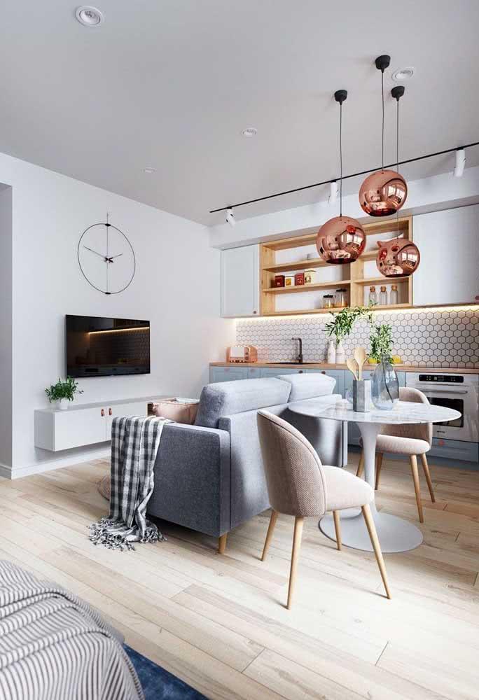Sofá de dois lugares para sala pequena: design moderno e com destaque para o tom de cinza
