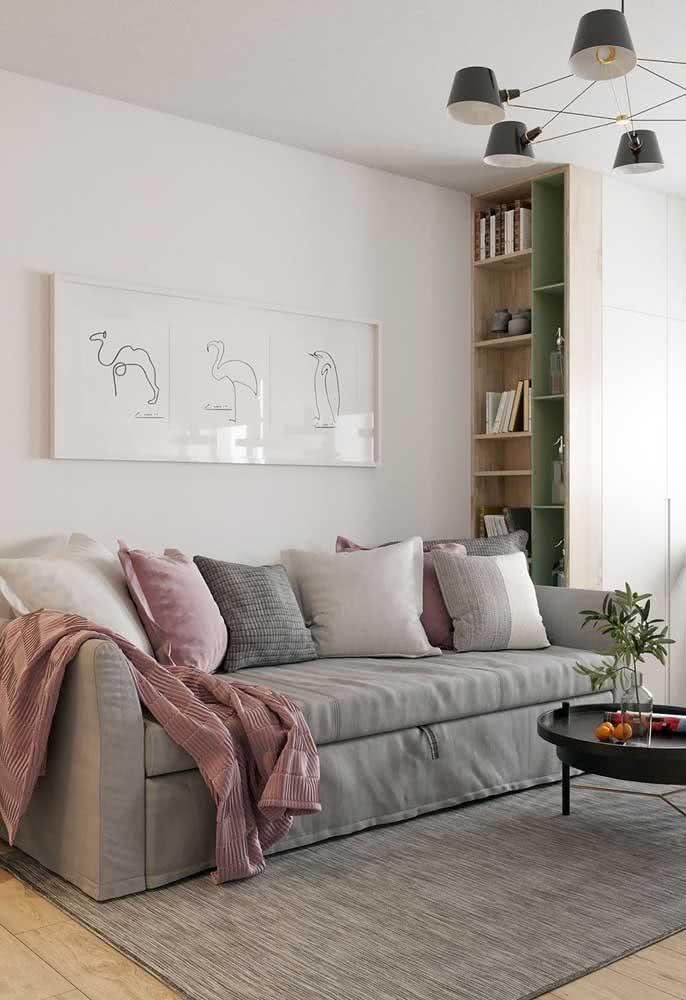 Aqui, sofá e tapete formam uma unidade visual que ajuda a ampliar visualmente a sala