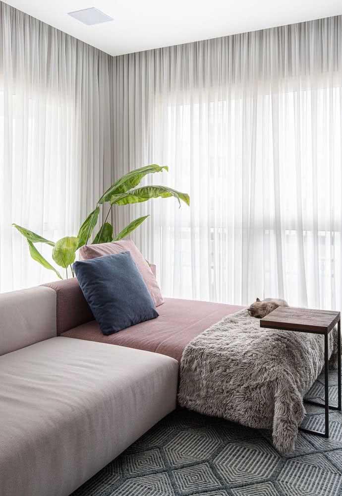 Sofá com chaise para sala pequena. A cor diferente destaca essa parte do móvel