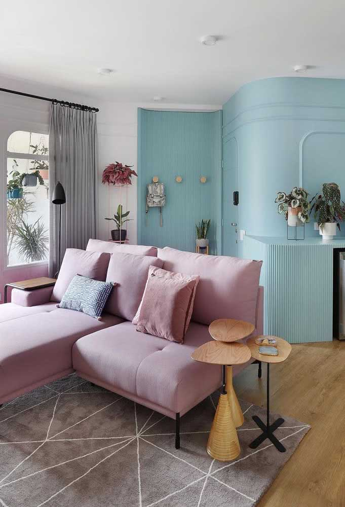 Sim, é cor de rosa! A cor do sofá pode ser o diferencial da sua decoração
