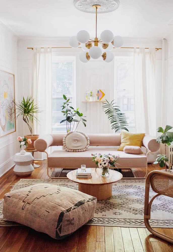 Sala pequena com um sofá que é puro design e estilo. Dica: os pés aparentes aumentam a sensação de espaço na sala