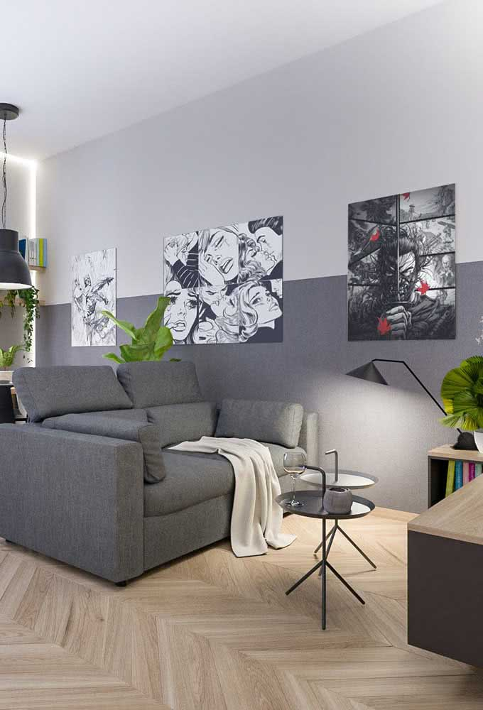 Sofá e parede cinza para criar a ilusão de um espaço maior