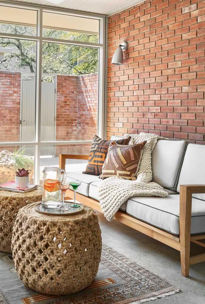 Sala pequena de estilo rústico combina com sofá de linho e estrutura de madeira