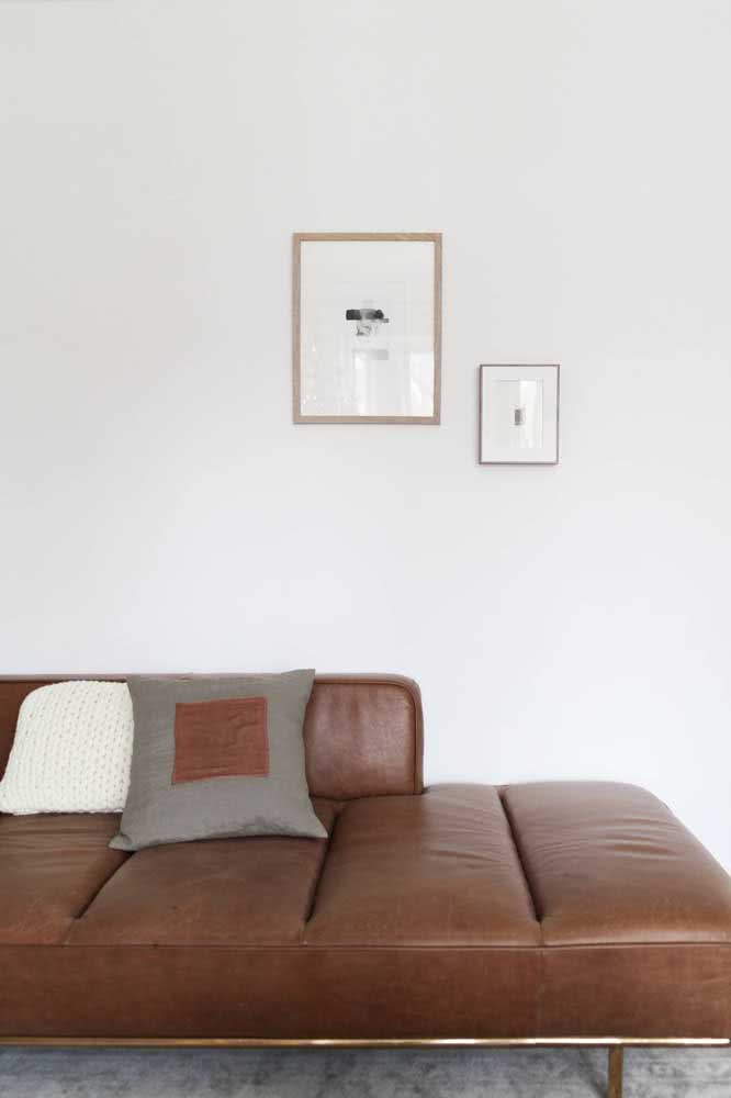 Sofá moderno de couro para valorizar a sala pequena