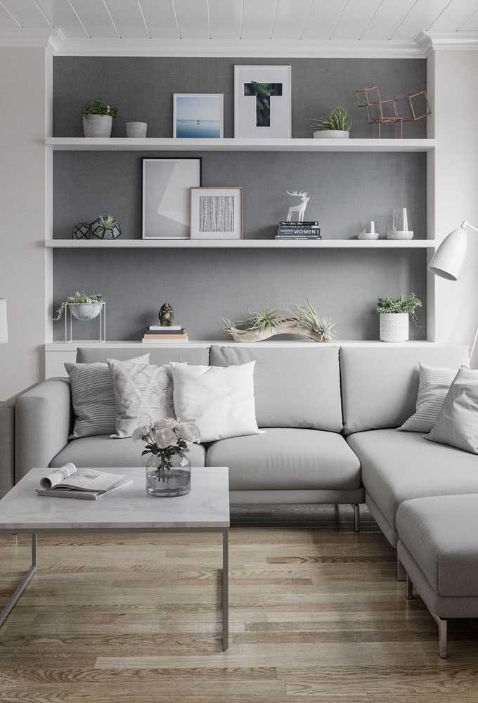 Sofá de canto para sala pequena: a cor cinza fecha a proposta de decoração com muita elegância