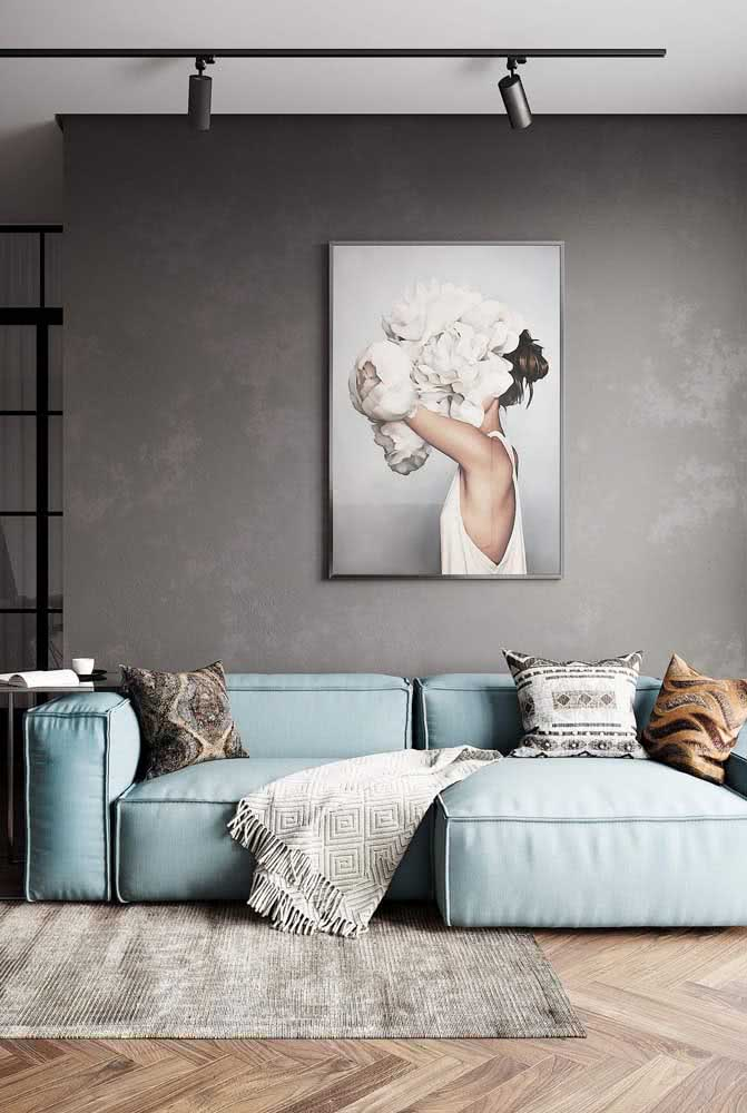 Para fugir dos tons neutros aposte em um sofá azul para a sala pequena