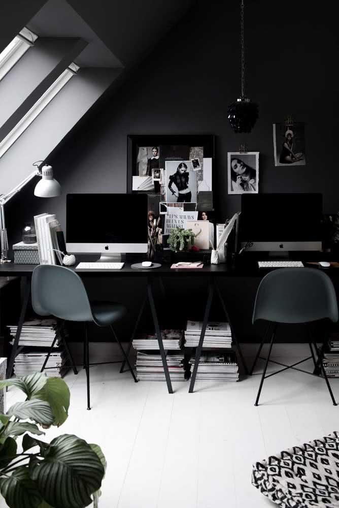 Parede cinza chumbo para o escritório combinado a tons de branco e preto