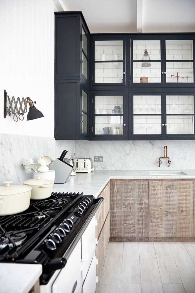 Armário cinza chumbo combina com paredes brancas