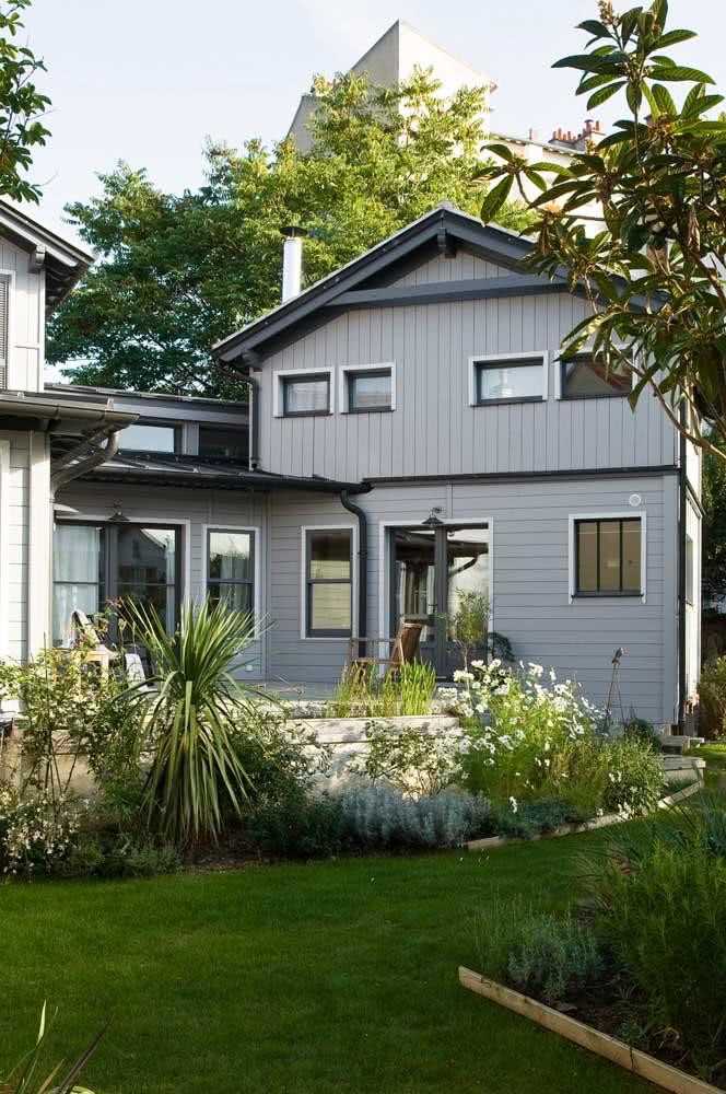 Que tal pintar a fachada da casa em cinza chumbo?