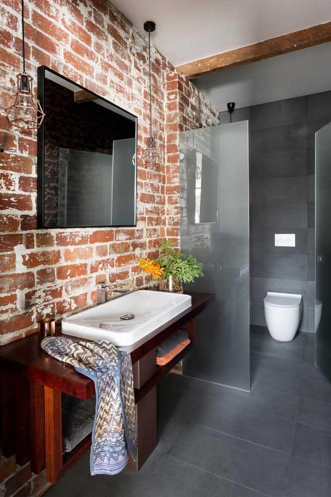 Um lindo contraste entre o revestimento cinza chumbo e a parede de tijolinhos