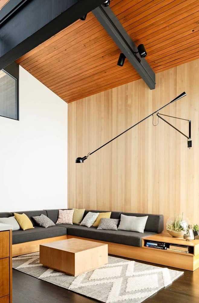 Sala de estar com sofá cinza chumbo combinando com os tons amadeirados