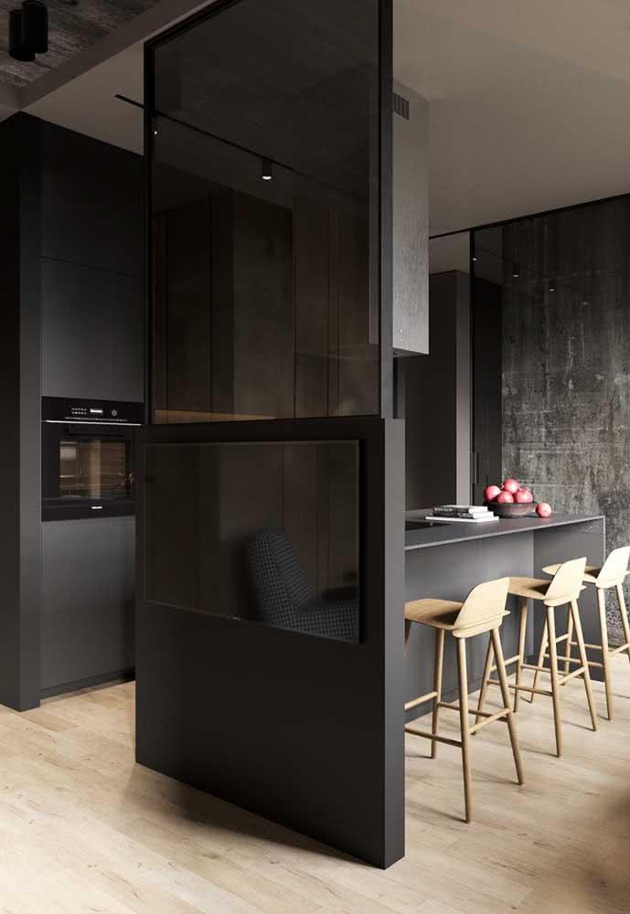 """Cozinha cinza chumbo com detalhes em madeira clara para """"iluminar"""" o ambiente"""