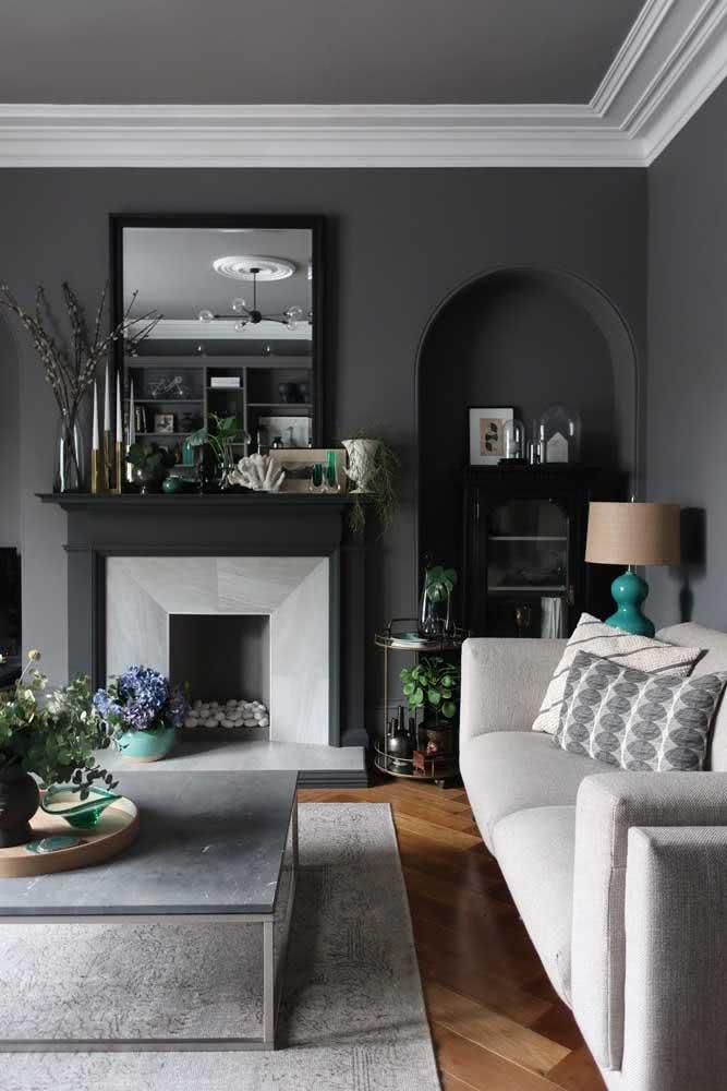Uma sala clássica e elegante com paredes cinza chumbo