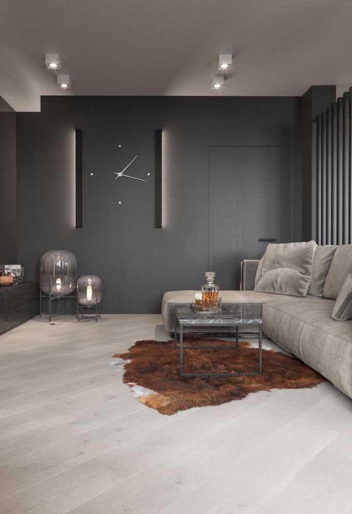 Cinza chumbo na parede e cinza claro no sofá