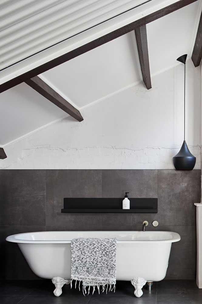Banheiro cinza chumbo: aqui, a cor entra no revestimento cerâmico