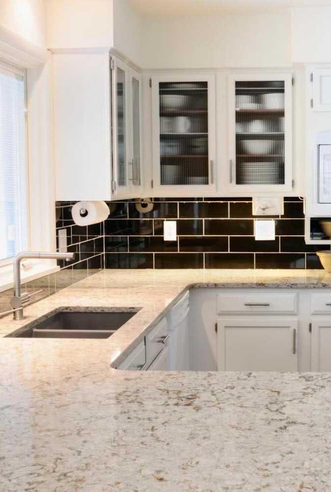 Cozinha em branco e preto tem o quê? Uma bancada de granito branco é claro!