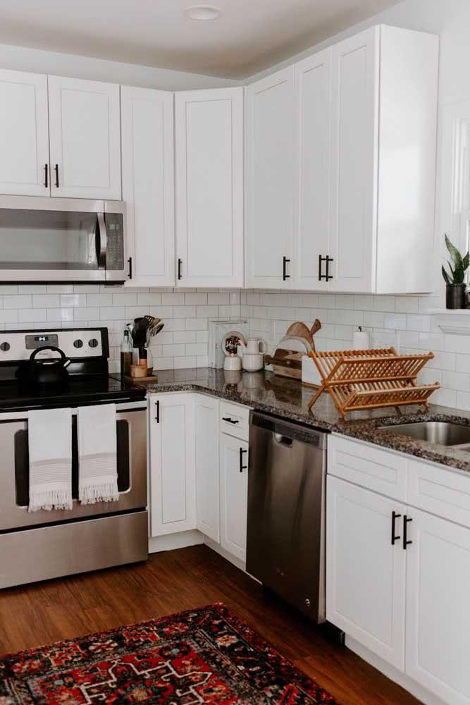 Bancada de granito marrom para a cozinha de marcenaria clássica. Quem resiste?