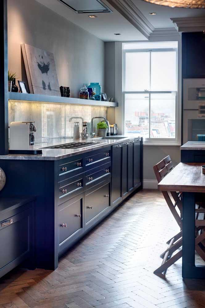 O armário azul dessa cozinha ficou ainda mais bonito com a pedra de granito cinza claro