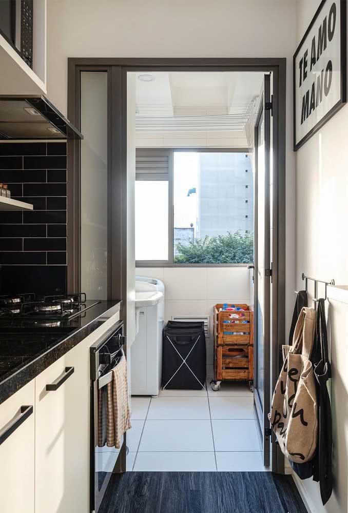 Bancada de granito preto para uma cozinha moderna. Simples assim!