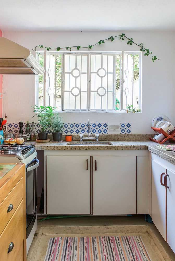 Bancada de granito em L para acompanhar o formato da sua cozinha