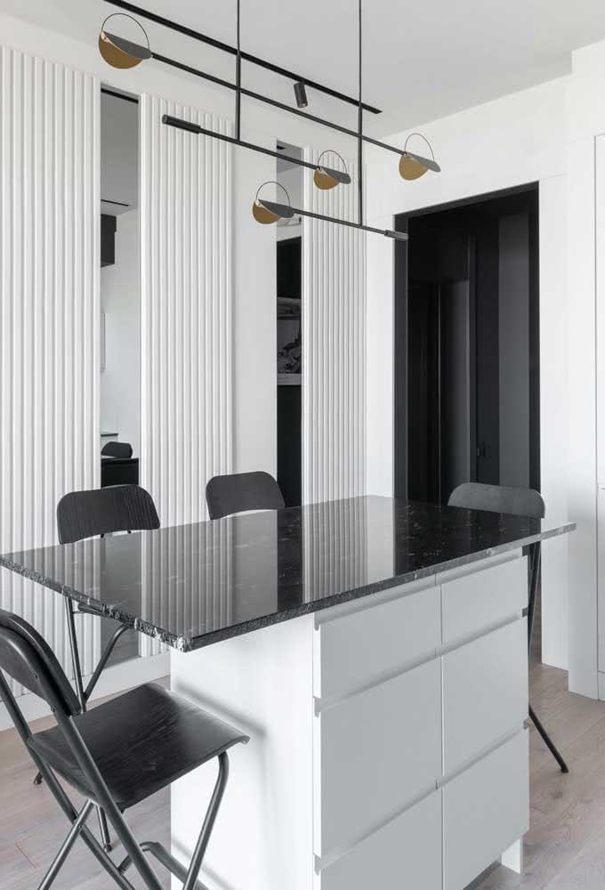 Já o granito preto se encaixa perfeitamente em projetos minimalistas