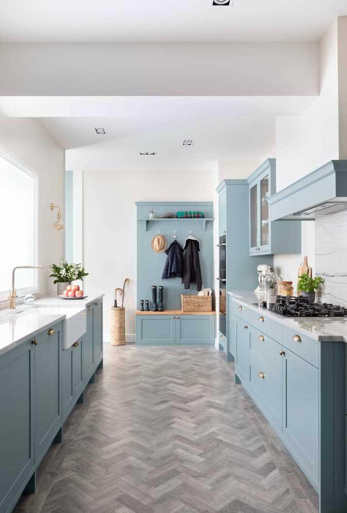 Bancada de granito branco em harmonia com as cores suaves e delicadas da cozinha