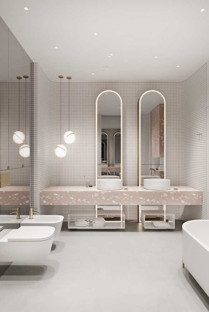 Moderno, esse banheiro trouxe uma bancada de granito para duas cubas