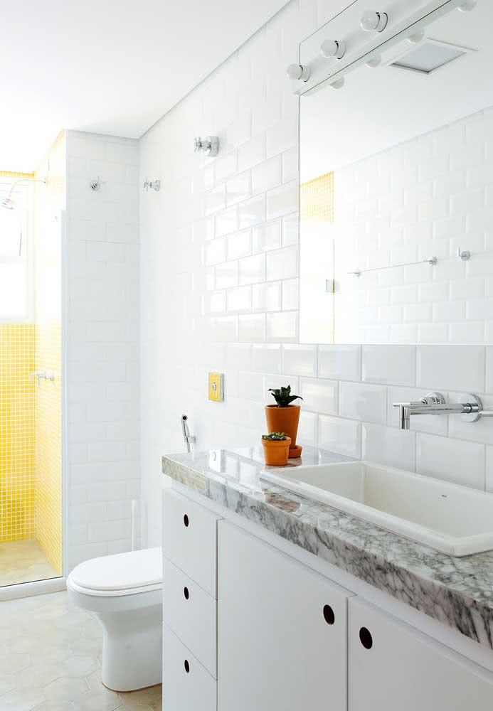 Para um banheiro tradicional, invista em revestimentos brancos e uma bancada cinza