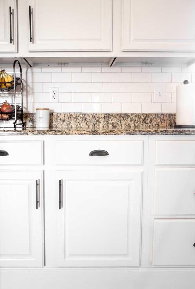 A cozinha branca ganhou cor com a bancada de granito amarelo