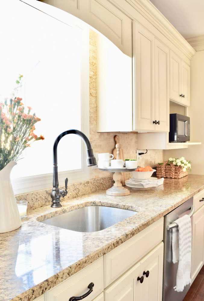 A cozinha clássica apostou na bancada de granito amarelo para ganhar conforto